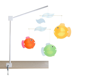 Universal XL Mobilehalter Holz weiß gelaugt, mit fröhlichem Mobile bunte Fische